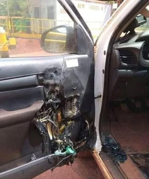 Samochód ze spalonymi drzwiami