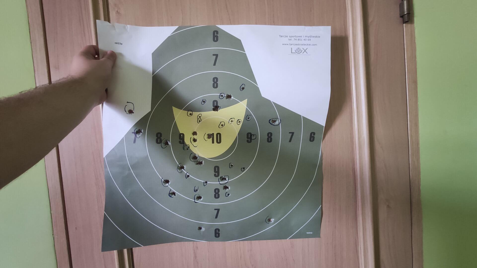 Przestrzelona tarcza strzelecka